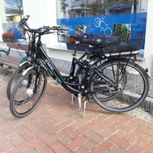 Schwarzes E-Bike vor Schaufenster von Usedom-Fahrradverleih in Koserow