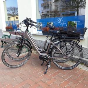 E-Bike vor Schaufenster